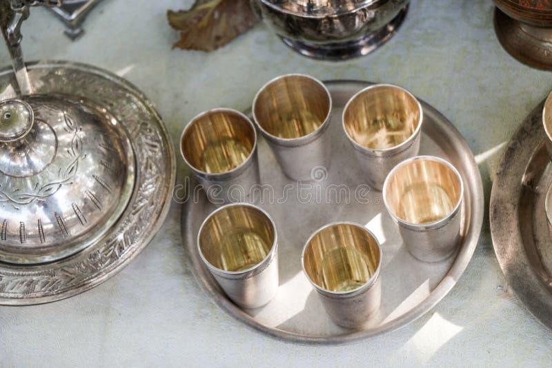 Gobelets en métal de couleur argentée image libre de droits