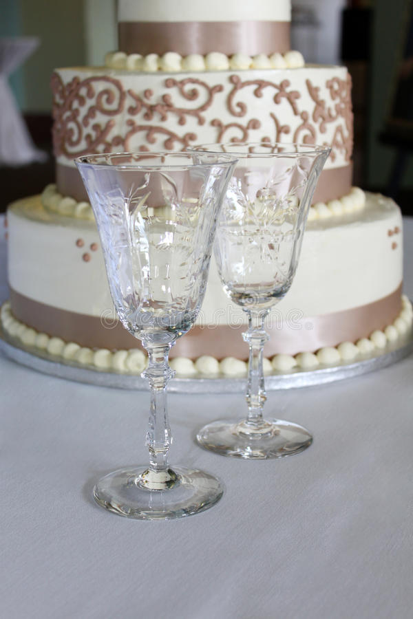 Gobelets et gâteau de mariage en cristal photographie stock