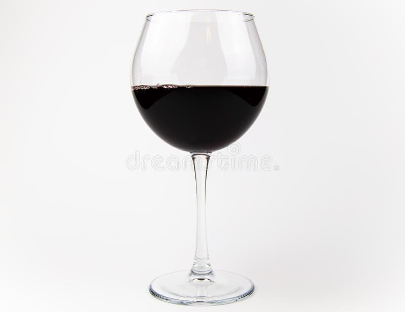 Goblet de vidro com vinho sobre fundo cinza foto de stock