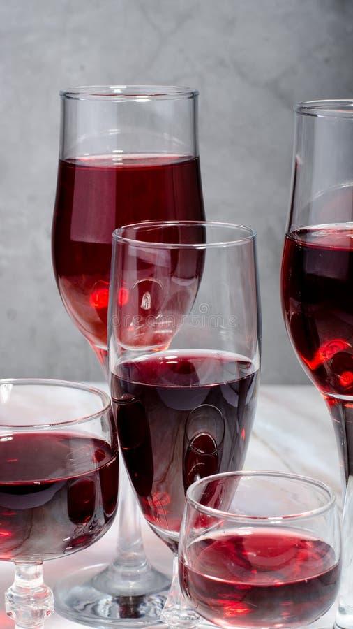 Κάρτα κρασιού Goblets με κόκκινο και άσπρο whine στοκ εικόνα με δικαίωμα ελεύθερης χρήσης