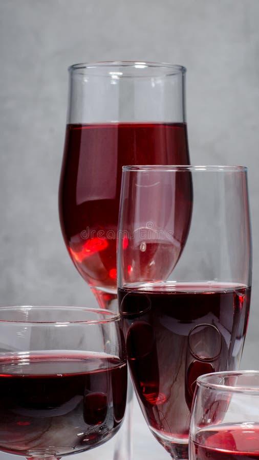 Κάρτα κρασιού Goblets με κόκκινο και άσπρο whine στοκ φωτογραφία