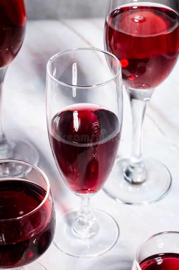 Κάρτα κρασιού Goblets με κόκκινο και άσπρο whine στοκ φωτογραφία με δικαίωμα ελεύθερης χρήσης