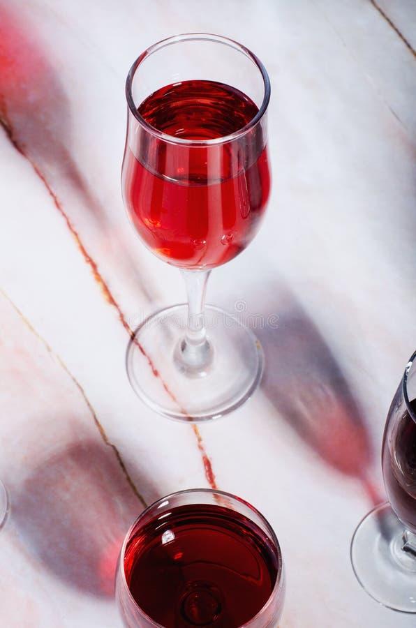 Κάρτα κρασιού Goblets με κόκκινο και άσπρο whine στοκ εικόνες