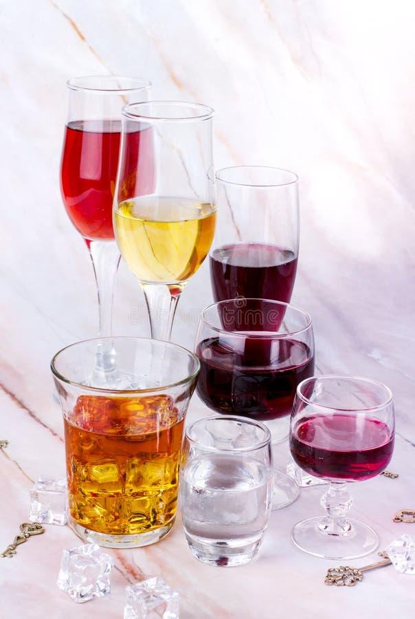 Κάρτα κρασιού Goblets με κόκκινο και άσπρο whine, τη βότκα και το κονιάκ στοκ φωτογραφία με δικαίωμα ελεύθερης χρήσης