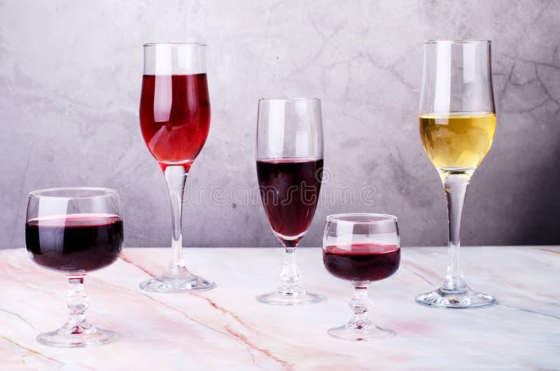 Κάρτα κρασιού Goblets με κόκκινο και άσπρο whine στοκ εικόνες με δικαίωμα ελεύθερης χρήσης