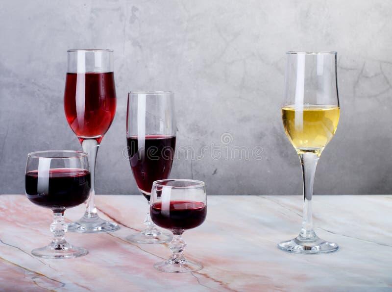 Κάρτα κρασιού Goblets με κόκκινο και άσπρο whine στοκ εικόνα