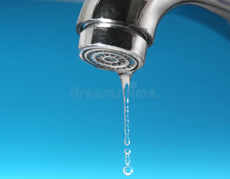 Gocce dell'acqua e del rubinetto immagine stock
