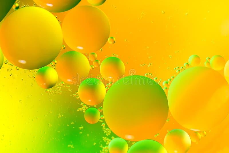 Gocce dell'olio sull'acqua fotografie stock