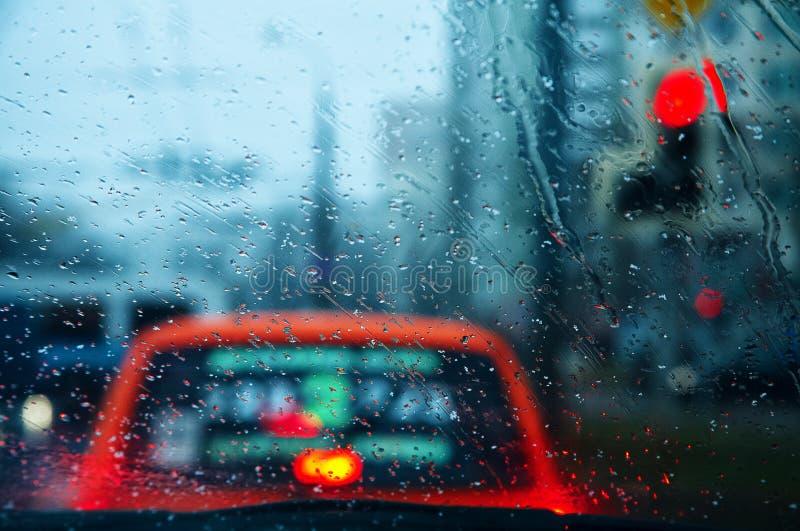 Gocce della pioggia sul vetro dell'automobile fotografia stock libera da diritti