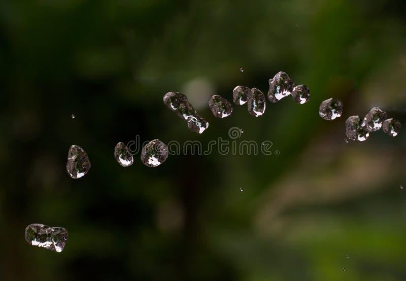 Gocce di acqua su sfondo naturale Gocce dell'acqua che volano in aria fotografie stock libere da diritti