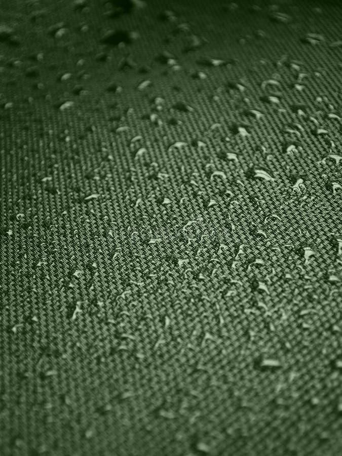 Gocce di acqua su struttura del tessuto immagini stock