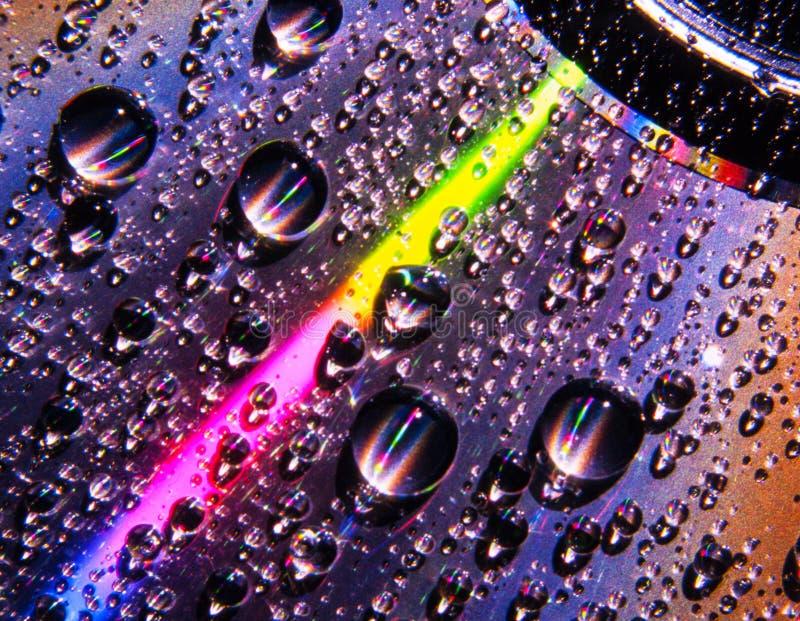Gocce di acqua su superficie del compact disc immagine stock libera da diritti