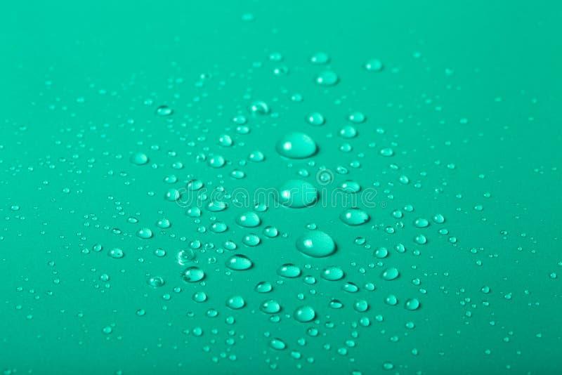 Gocce di acqua su un fondo di colore Fuoco selettivo modificato fotografia stock