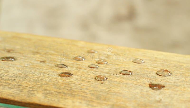 Gocce di acqua su un legno fotografia stock