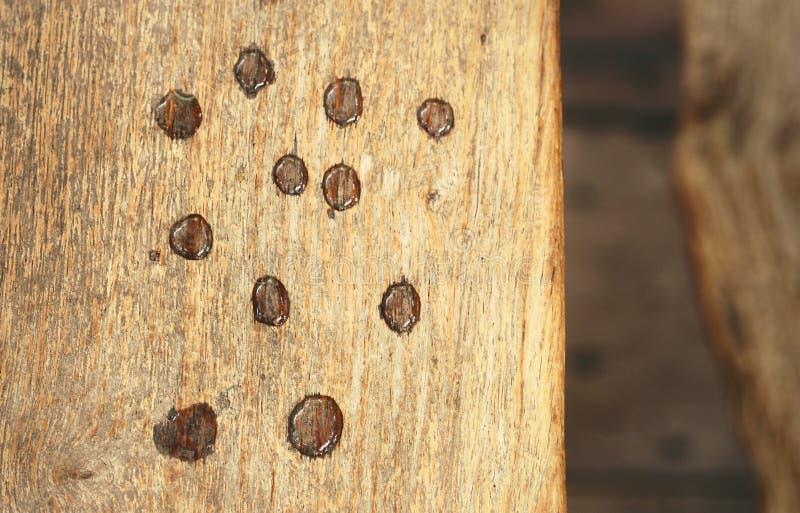 Gocce di acqua su un legno immagine stock