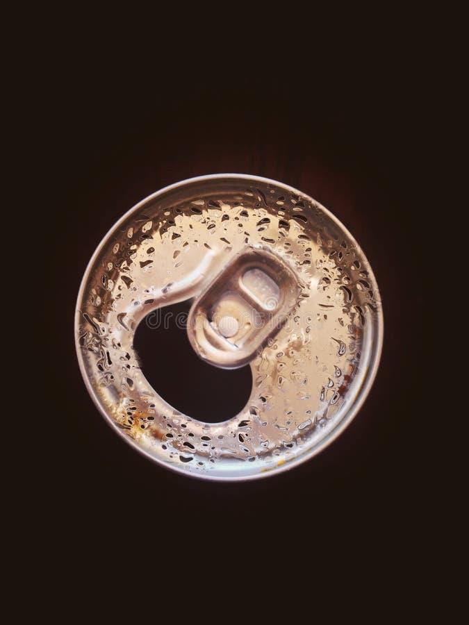 Gocce di acqua sulla bottiglia del metallo immagini stock