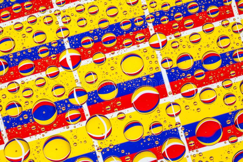 Gocce di pioggia in pieno delle bandiere della Colombia illustrazione di stock