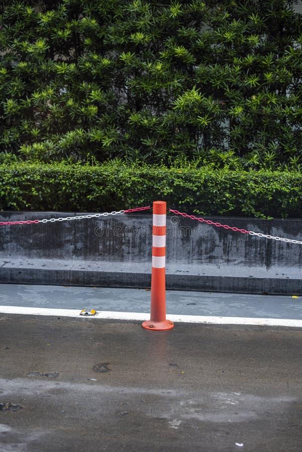 Gocce di pioggia su un parabrezza anteriore dell'automobile, visto da un sedile anteriore di un'automobile in una mattina fotografie stock