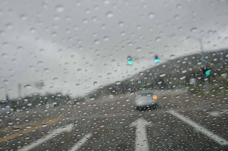 Gocce di pioggia sul parabrezza immagini stock libere da diritti