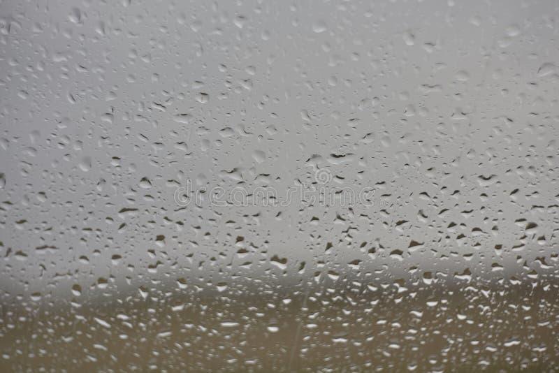 Gocce di pioggia sul vetro immagini stock libere da diritti