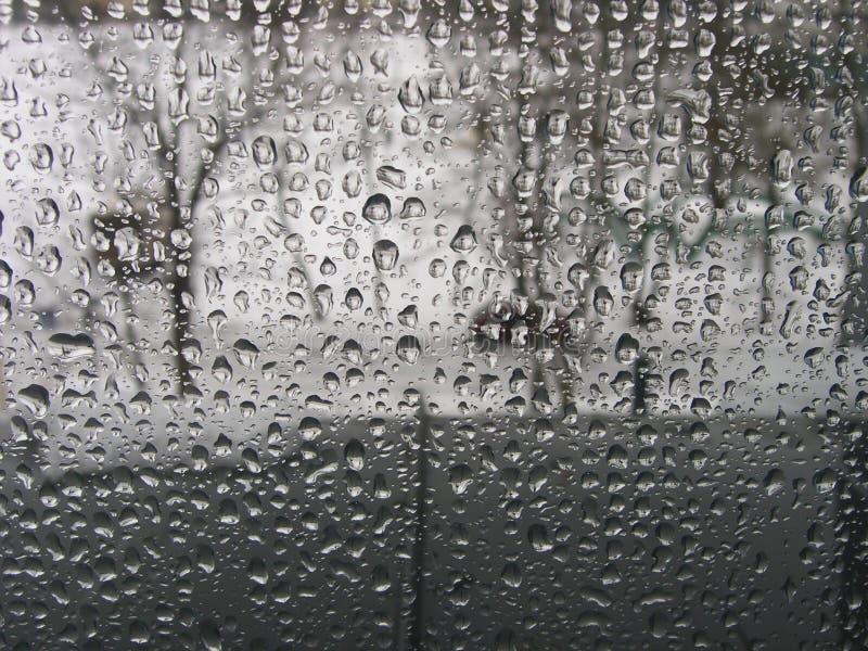 Gocce di pioggia sul vetro di finestra immagini stock libere da diritti