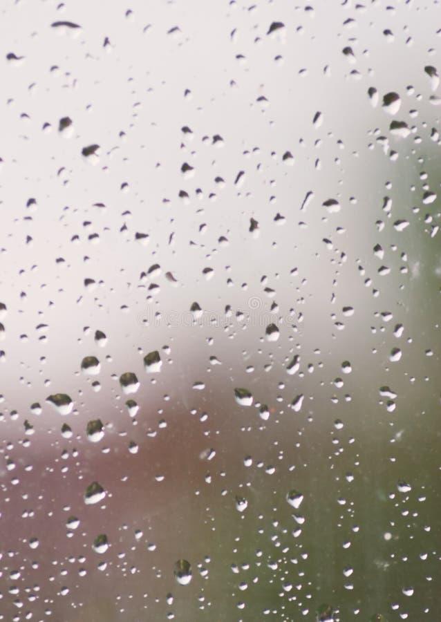 Gocce di pioggia sul vetro di finestre fotografia stock