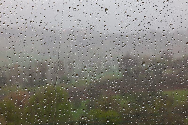 Gocce di pioggia sul vetro di finestra fotografie stock