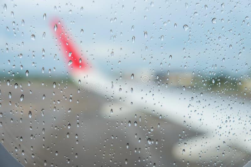 Gocce di pioggia sull'aereo; finestra di s fotografie stock libere da diritti