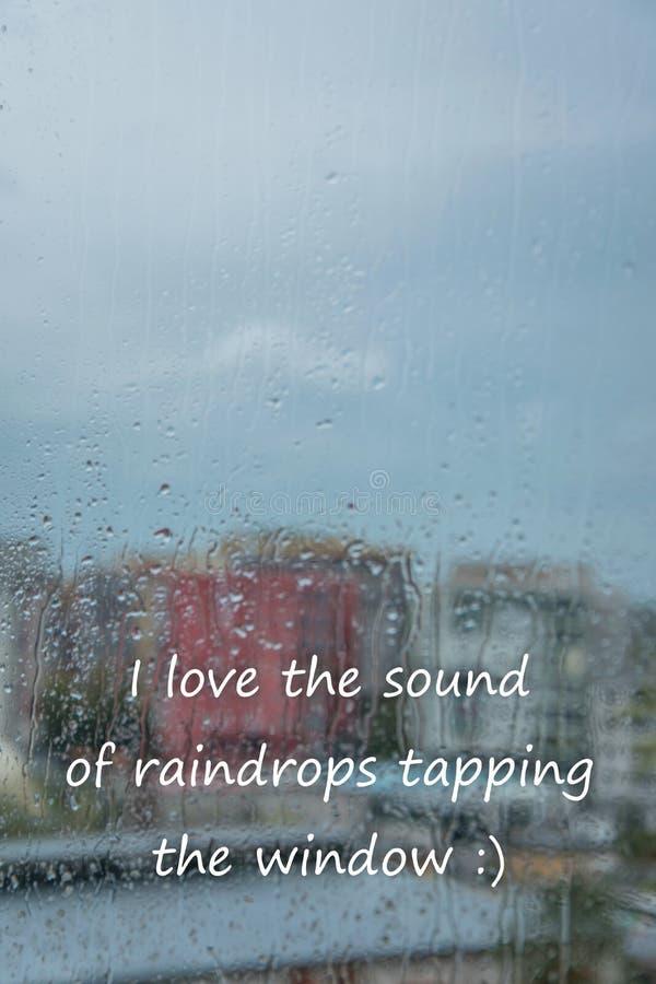 """Gocce di pioggia sulla finestra con testo """"amo il suono delle gocce di pioggia che spillano le finestre """" fotografie stock libere da diritti"""