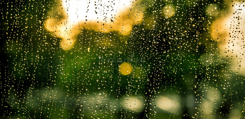 Gocce di pioggia sulla macchina fotografica fotografie stock libere da diritti