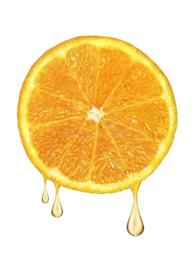 Gocce di succo che cadono dall'arancia isolata su fondo bianco fotografia stock libera da diritti