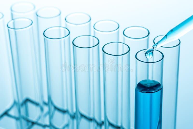 Gocce sperimentali sopra i tubi della prova di laboratorio di scienza, scienza fotografie stock libere da diritti