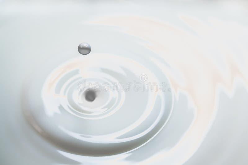 Goccia del latte liquido fotografie stock