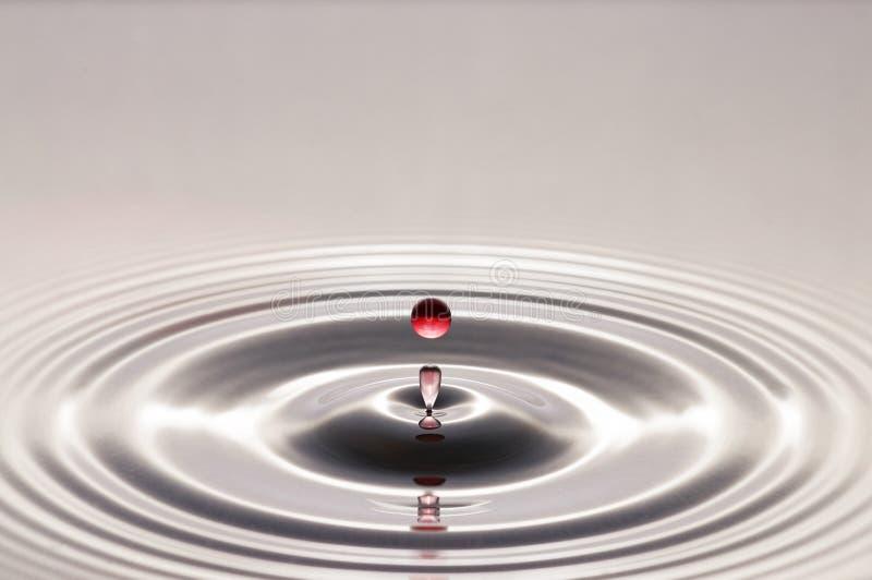 Goccia dell'acqua rossa fotografie stock libere da diritti
