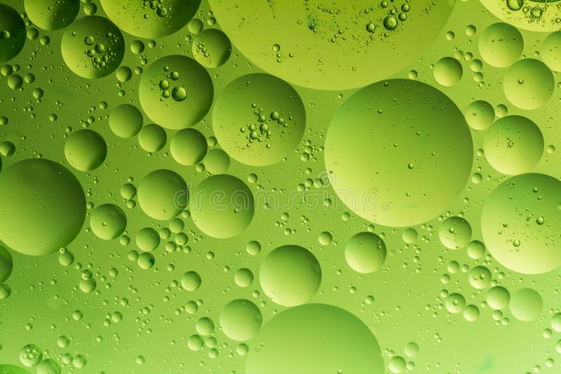 Goccia dell'olio su acqua fotografia stock