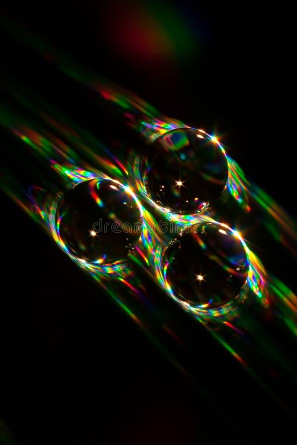 Goccia di acqua che si trova su un disco CD immagini stock libere da diritti