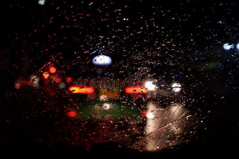 Goccia di acqua sulla finestra di vetro dell'automobile dopo la pioggia, fondo confuso fotografia stock libera da diritti