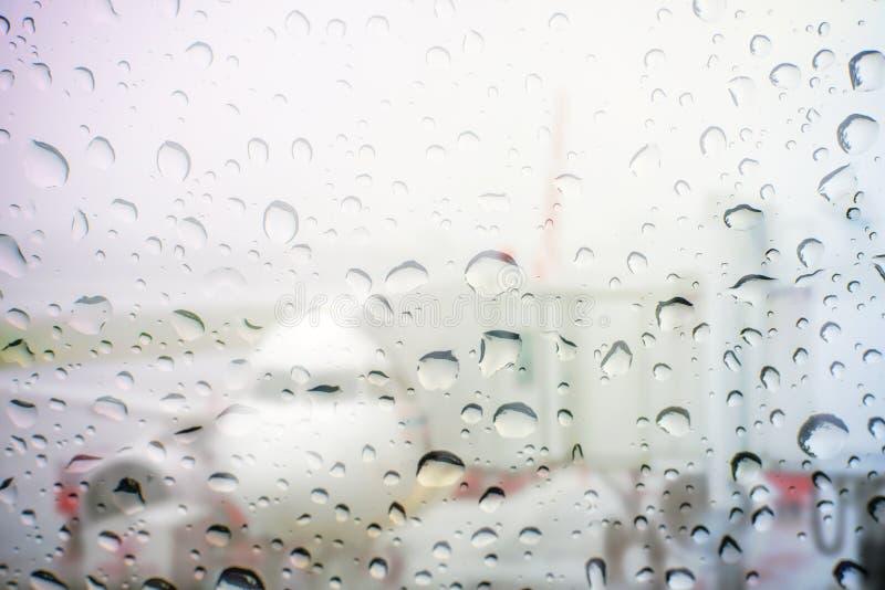 goccia di acqua vaga sullo specchio con la vista dell'aeroplano fotografia stock