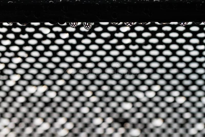 Goccia di pioggia sullo schermo del ferro fotografia stock