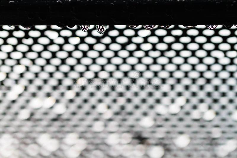 Goccia di pioggia sullo schermo del ferro fotografie stock