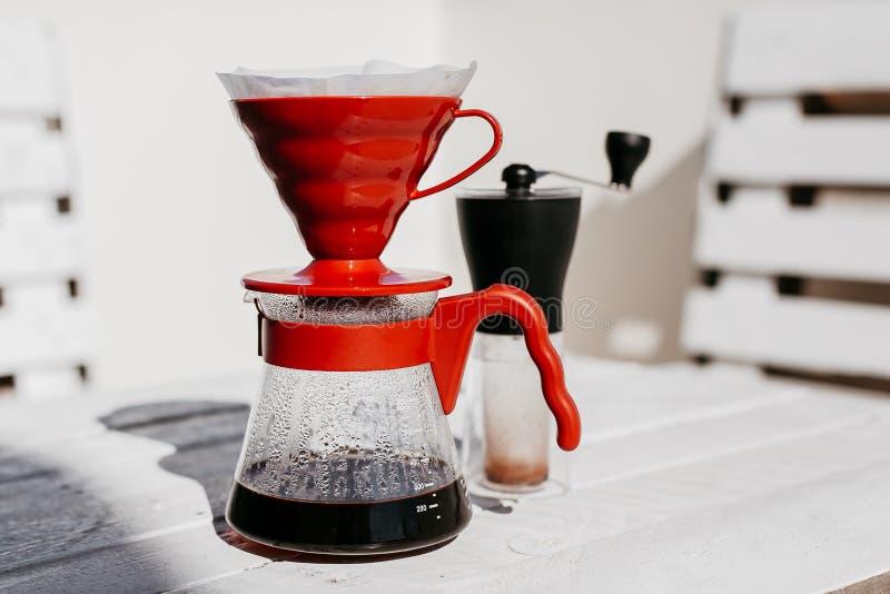 Gocciolamento del caffè messo sulla tavola di legno fotografia stock