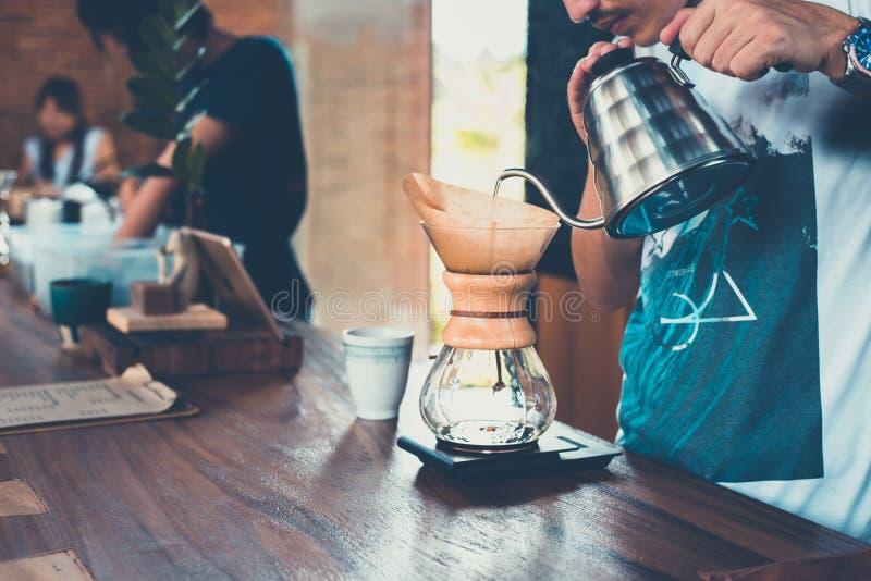Gocciolamento e driper del caffè fotografie stock
