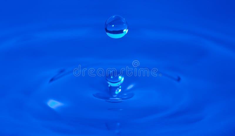 Gocciolina di acqua congelata a tempo fotografie stock