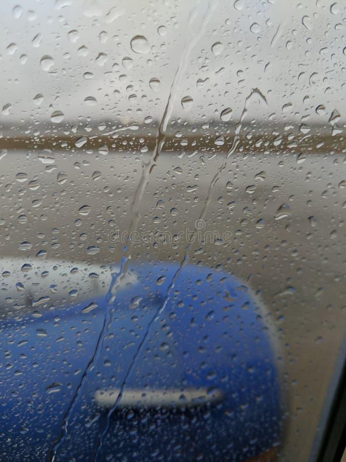 Goccioline della pioggia sulla finestra interna di linea aerea fotografia stock libera da diritti