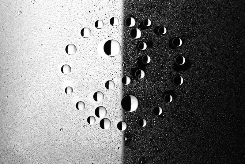 Goccioline di acqua su vetro. Yin e yang. immagine stock libera da diritti