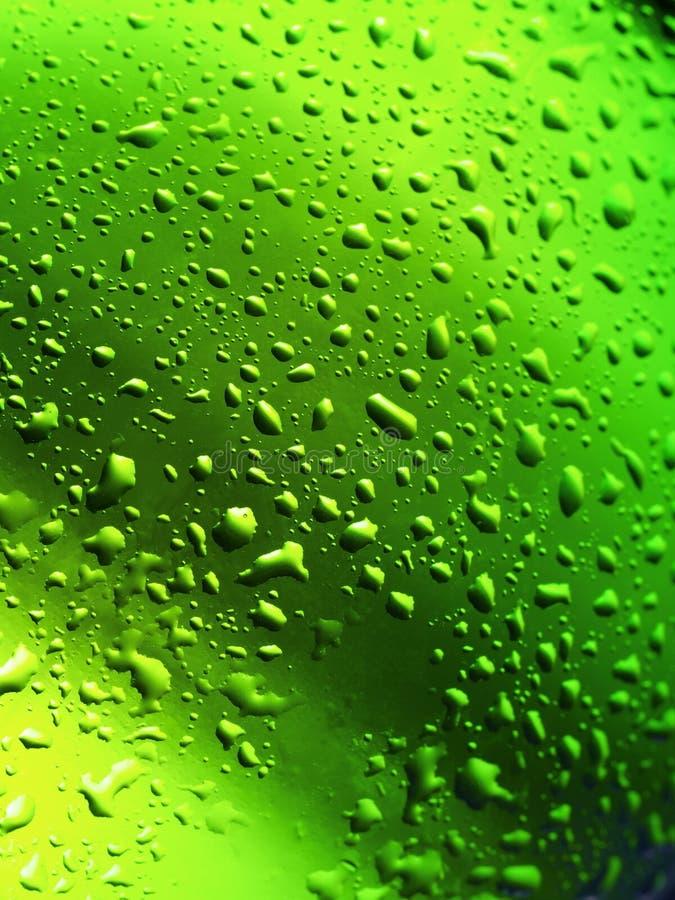 Goccioline di acqua sulla bottiglia fotografia stock libera da diritti