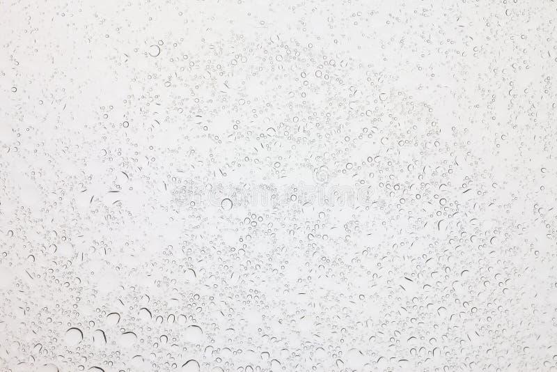 Goccioline su fondo di vetro, gocce di acqua della pioggia su vetro fotografie stock libere da diritti