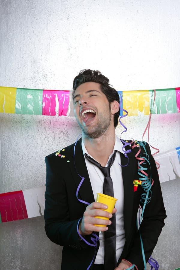 Goce de consumición feliz del hombre joven del partido solamente foto de archivo