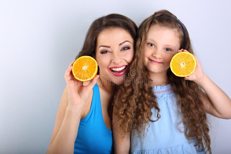 Goce de la madre joven y de la hija larga linda del pelo que llevan a cabo rebanadas fotos de archivo