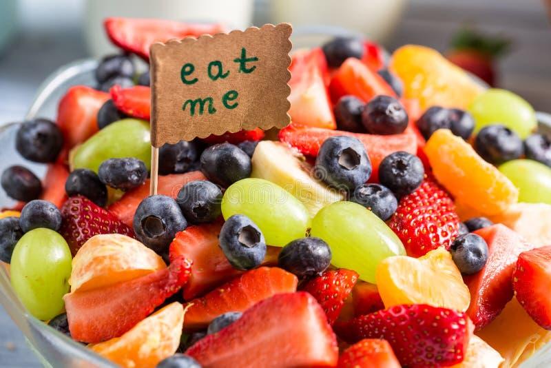 Goce de su ensalada de fruta imagen de archivo